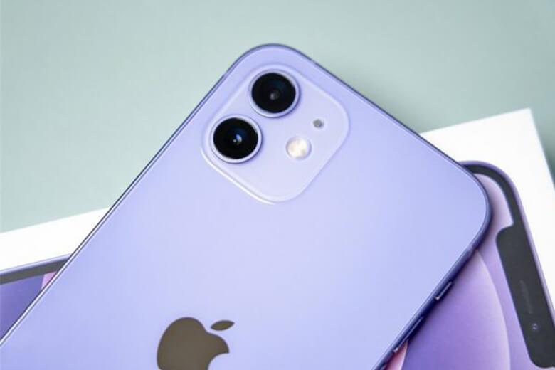 iPhone 12 256GB màu tím (Purple) được trang bị cụm các máy ảnh phía sau được sắp xếp theo kiểu tương tự như chúng cho năm 2019 và cả hai ống kính quang học rộng và siêu rộng đều được hỗ trợ bởi cảm biến 12MP.
