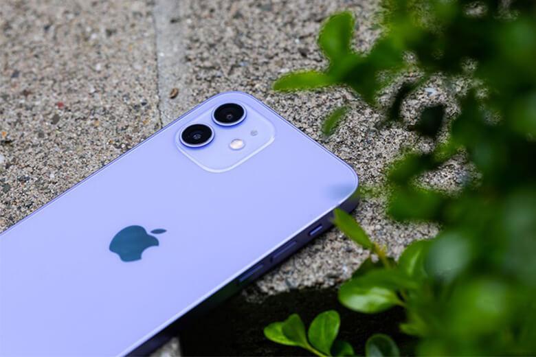 iPhone 12 mini 128GB màu tím (Purple)trông giống như một phiên bản cao cấp của iPhone 5, đó hoàn toàn là một điều tốt. Trên thực tế, iPhone 12 mini này không lớn hơn nhiều so với iPhone 5 và nhỏ hơn iPhone SE 2020.
