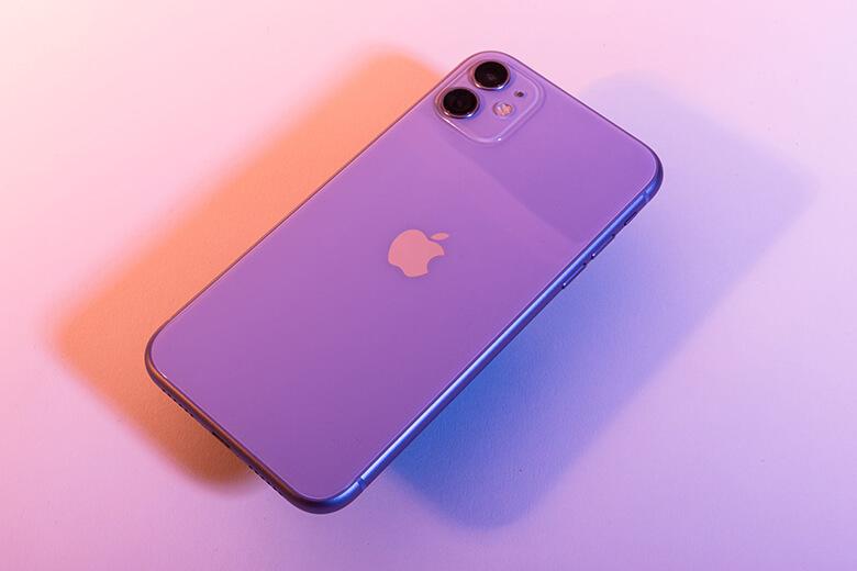 """iPhone 12 series của nhà """"Táo"""" với kích thước màn hình là 5.4 inch, bên cạnh đó màn hình của máy được trang bị một màn hình Super Retina XDR OLED sắc sảo giúp hiển thị nội dung rõ nét nhất ngay cả khi trong điều kiện trời nắng chói."""