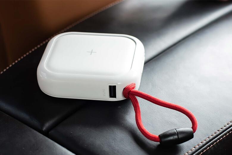 Pin sạc dự phòng Mipow không có điểm nào chê được với thiết kế nhỏ gọn, hình vuông với kích thước chính 8.7 x 8 x 2.3 cm mang lại rất nhiều tiện lợi