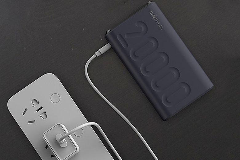 Pin dự phòng Umetravel được trang bị nhiều cổng sạc, từ 2-3 cổng, người dùng có thể sạc được 3 thiết bị cùng một lúc.