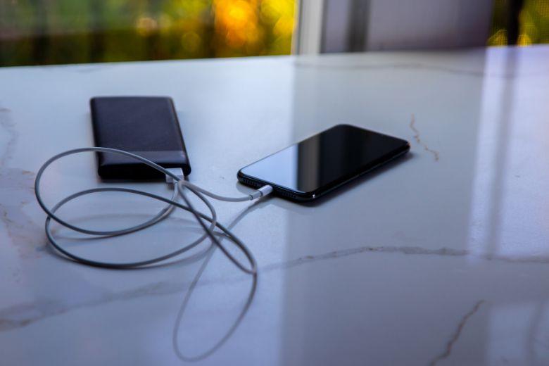 Các cách để tăng tốc độ sạc pin cho iPhone 12 hiệu quả nhất năm 2021 sac pin voi sac du phong viendidong