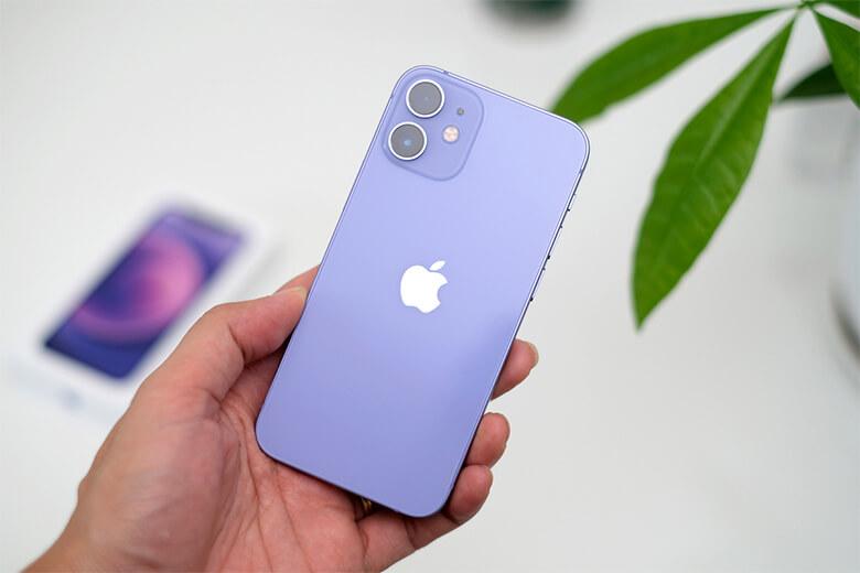 iPhone 12 256GB màu tím (Purple) được thiết kế với các cạnh phẳng vuông góc trông đủ đẹp mắt nhưng sẽ làm người dùng dễ dàng liên tưởng đến dòng iPhone 5 cũ của Apple. Tuy nhiên, sự thay đổi này lại được mọi người đánh giá cao hơn so với các phiên bản iPhone với 4 cạnh tròn ra mắt những năm liên tiếp gần đây.
