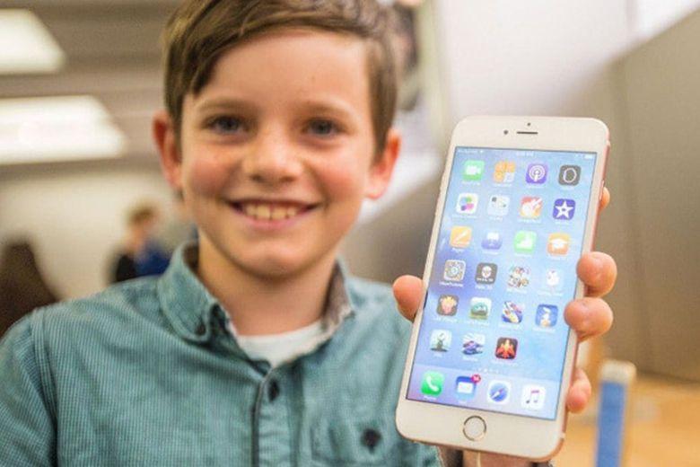 Trẻ em sử dụng điện thoại thông minh