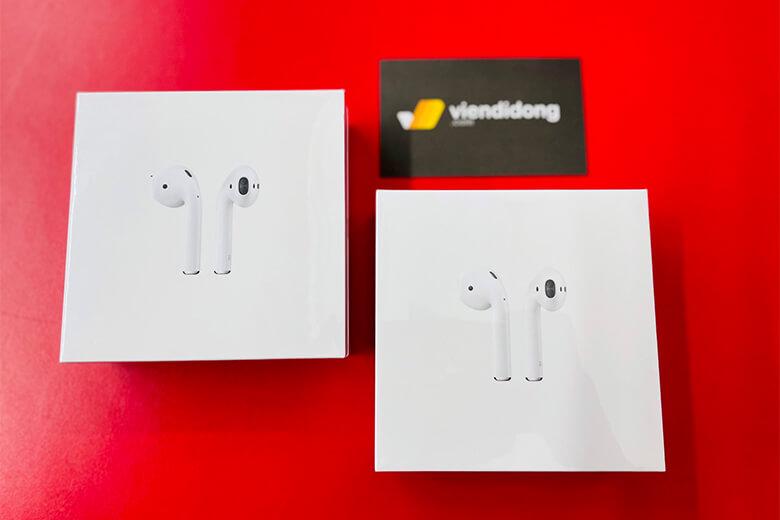 Tai nghe AirPods 2 thiết kế nhìn chung rất nhỏ gọn, giống như một hình chữ nhật với 4 cạnh bo tròn tạo cảm giác mềm tay thoải mái, không gây khó chịu bởi những góc cạnh nhọn.