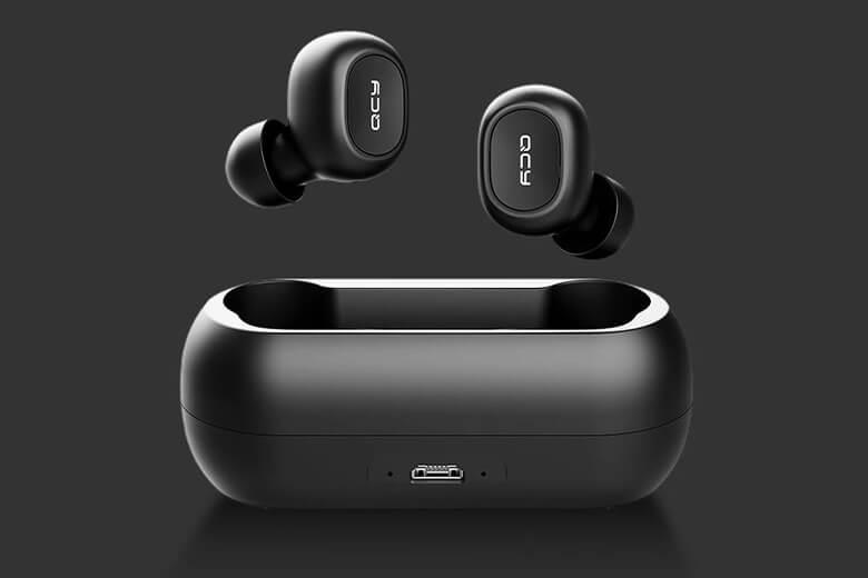 Tai nghe QCY T1C sẽ gây ấn tượng ngay với người dùng với thiết kế tinh tế, ngoại hình tròn trịa mềm mại cùng kích thước rất nhỏ gọn với tai nghe chỉ 9,2g và dock sạc 28.5g